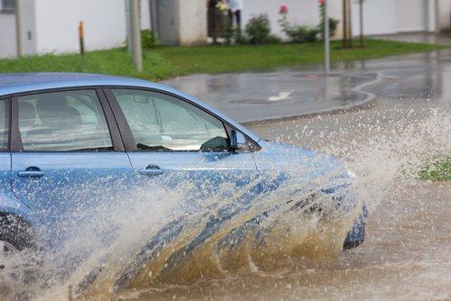 Carros na Enchente : Dicas para evitar problemas